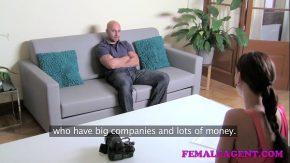 Femeia director de filme aprinde focul in tine