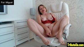 Femei mature care se masturbeaza placut