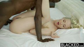 Pula neagra oferita blondei seducatoare