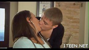 Femeia draguta saruta barbatul pe care il place mult