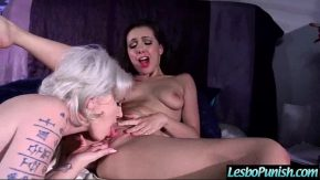 Ea pune gura pe pizda prietenei ei paroase