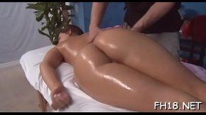 Inainte sa faca sex ii face masaj erotic la cur