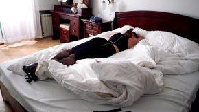 Ea dormea iar el incepe sa o penetreze