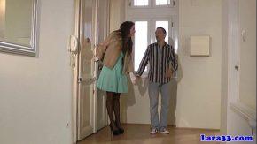 Il aduce la ea acasa unde il fute cat de mult poate