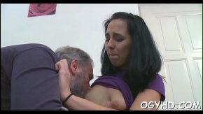 Femeie tanara linsa la sfarcuri de un barbat matur