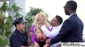 Ea lasa un grup de barbati sa profite de corpul ei