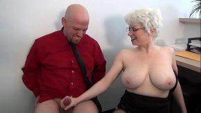 O femeie matura face laba unui barbat necunoscut