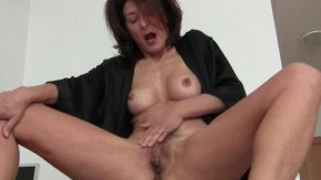Femeia matura se uita la un film porno si se incalzeste prea tare