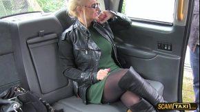 Gagica blonda fututa intr-un taxi