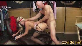 Blonda frumoasa face dragoste cu partenerul pulos