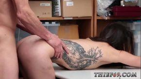 Fata cu tatuaj frumos pe corp iubeste cand suge pula