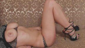 Femeia se freaca la pizda si arata bine la corp