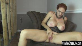 Doamnele cu sani foarte mari se masturbeaza perfect