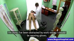 Doctorul o reguleaza pe pacienta cu covid