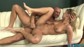 Sex pe canapea cu o frumoasa femeie